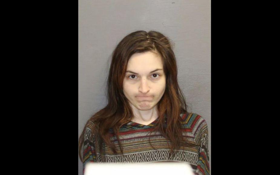 Violación perpetrada por una mujer armada con un machete